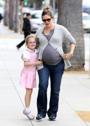 Дженнифер Гарнэр, фото 8399. Jennifer Garner and Violet out for a snack in Santa Monica, february 7, foto 8399