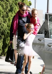 Дженнифер Гарнэр, фото 8428. Jennifer Garner picking up her daughters from ballet class in Santa Monica, february 18, foto 8428