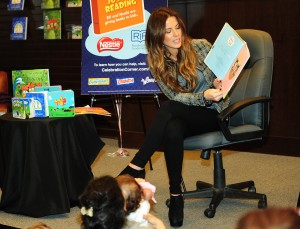 Кейт Бэкинсэйл, фото 8606. Kate Beckinsale The Nestle Share the Joy of Reading Program in LA, 01.03.2012, foto 8606
