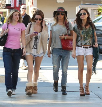 Эшли Тисдэйл, фото 7825. Ashley Tisdale goes out with some friends Santa Monica, march 3, foto 7825